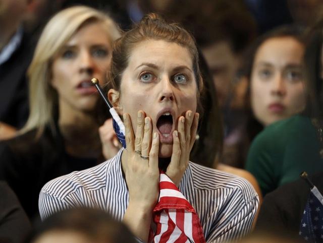 Sự lo lắng lộ rõ trên gương mặt một cô gái ủng hộ bà Clinton. (Ảnh: Reuters)