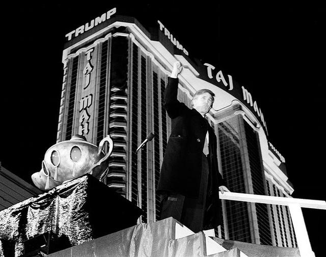 """Năm 1990, ông Trump khai trương sòng bạc Trump Taj Mahal ở Atlantic City, bang New Jersey. Đây là sòng bạc """"khủng"""" nhất tại Mỹ lúc bấy giờ, trị giá khoảng 1,1 tỷ USD. (Ảnh: Charles Rex)"""