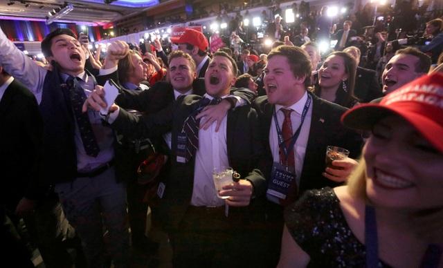 Đám đông ủng hộ ông Trump tập trung tại sân khấu vận động tranh cử trước đó của ứng viên đảng Cộng hòa ở Manhattan, New York. Họ đồng loạt hô vang tên tỷ phú New York khi kết quả kiểm phiếu lần lượt được xướng lên. (Ảnh: Reuters)