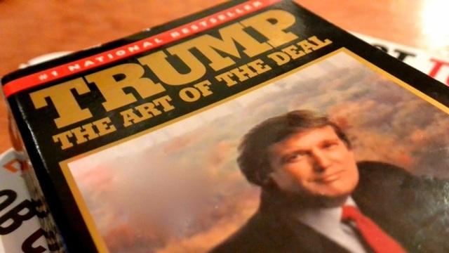 """Năm 1987, Donald Trump xuất bản cuốn hồi ký mang tên """"Nghệ thuật đàm phán"""", góp phần xây dựng hình ảnh doanh nhân thành đạt và bản lĩnh. Đây cũng là một trong những cuốn sách bán chạy nhất lúc bấy giờ. Ngoài ra ông cũng xuất bản một số cuốn sách khác, chủ yếu về lĩnh vực kinh tế (Ảnh: SBS)"""