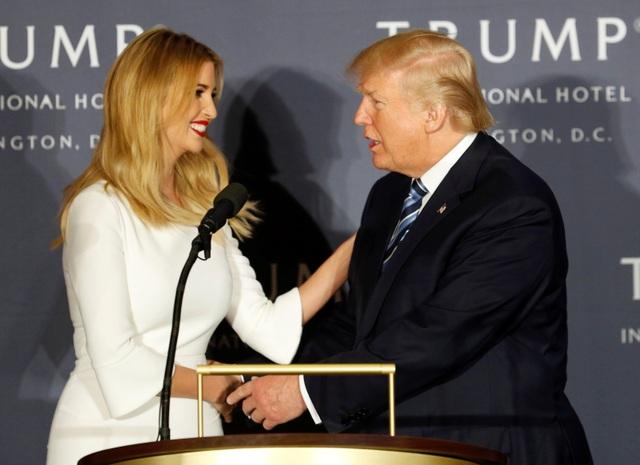 Là con gái của ông Trump với người vợ đầu tiên, Ivanka Trump là cái tên được truyền thông săn đón nhiều nhất trong số 5 người con của ông Trump. Không chỉ sở hữu nhan sắc trời phú, Ivanka, 34 tuổi, cũng cũng được biết đến là một phụ nữ thông minh và tài năng. Ái nữ nhà Trump từng là người mẫu trước khi trở thành một doanh nhân với nhãn hiệu thời trang riêng. Hiện cô đang là phó giám đốc điều hành Tập đoàn Trump. Ivanka cũng thường xuyên xuất hiện trên sân khấu vận động tranh cử của ông Trump. (Ảnh: Reuters)