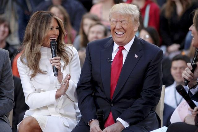 Với chiến thắng của ông Donald Trump, bà Melania Trump sẽ trở thành đệ nhất phu nhân tương lai của nước Mỹ. Xuất thân là một siêu mẫu gốc Slovenia, bà Melania kết hôn với ông Trump vào năm 2005. Trong chiến dịch tranh cử của ứng viên đảng Cộng hòa, bà Melania cũng thường xuyên xuất hiện bên cạnh chồng và có những bài phát biểu gây chú ý tại các cuộc vận động cử tri. (Ảnh: Reuters)