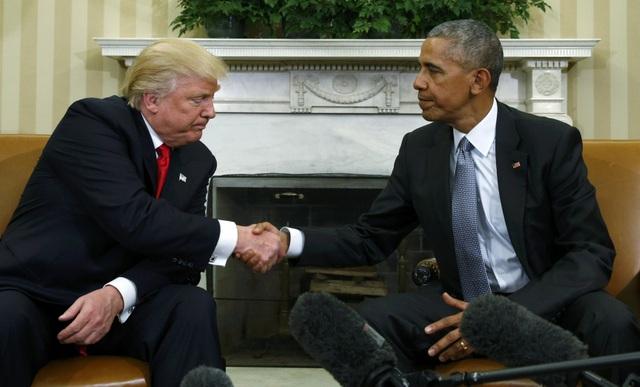 Ông Trump và ông Obama bắt tay nhau trong cuộc gặp (Ảnh: Reuters)