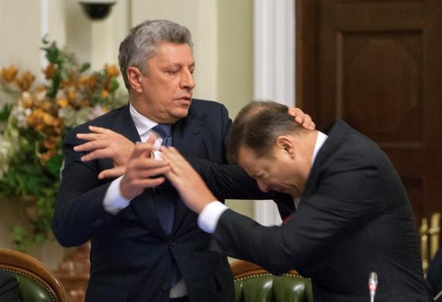 Lãnh đạo đảng Khối Đối lập Yuriy Boyko và thủ lĩnh đảng Cấp tiến Oleh Lyashko đã xô xát với nhau trong phiên họp của Quốc hội Ukraine (Ảnh: Reuters)
