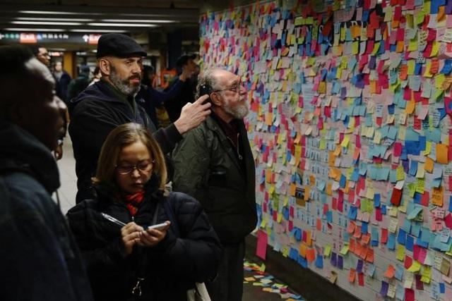 """Leeve gọi đây là """"Subway Therapy"""" - phương pháp trị liệu """"tàu ngầm"""". """"Những ngày gần đây thực sự rất mệt mỏi và tôi muốn mang đến cho mọi người cơ hội để giải tỏa theo một cách rất đơn giản"""", Leeve nói với tạp chí Quartz. (Ảnh: Reuters)"""