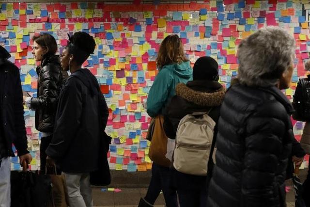 Bất kỳ ai cũng thể viết và dán chúng lên tường. Ước tính có hơn 10.000 người đã tham gia vào hoạt động này. (Ảnh: Reuters)
