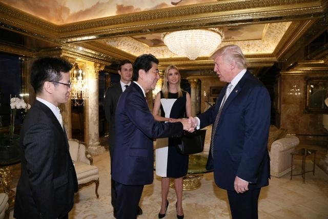 Con gái của ông Trump, Ivanka Trump, và con rể Jared Kushner cũng có mặt trong cuộc gặp mặt với Thủ tướng Shinzo Abe. (Ảnh: Reuters)