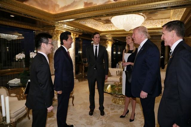 Trong cuộc gặp giữa Tổng thống đắc cử Trump và Thủ tướng Abe sáng nay còn có sự tham gia của Trung tướng về hưu Michael Flynn (ngoài cùng bên phải). Ông Trump được cho là đã đề xuất ông Flynn, cựu Giám đốc Cơ quan Tình báo Quốc phòng Mỹ, vào vị trí cố vấn an ninh quốc gia Nhà Trắng. (Ảnh: Reuters)