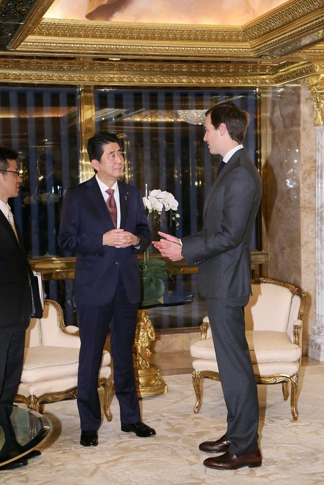 Thủ tướng Nhật Bản trao đổi riêng với Jared Kushner. Kushner là con trai của một nhà kinh doanh bất động sản có tiếng ở New York đồng thời là chủ sở hữu của tờ báo tuần Observer trong 10 năm qua tại Mỹ. (Ảnh: Reuters)