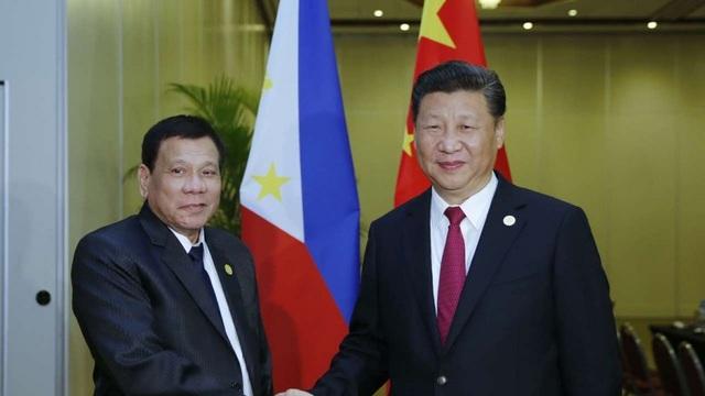 Tổng thống Rodrigo Duterte (trái) và Chủ tịch Tập Cận Bình trong cuộc hội đàm tại Peru hôm 19/11 (Ảnh: Tân Hoa Xã)