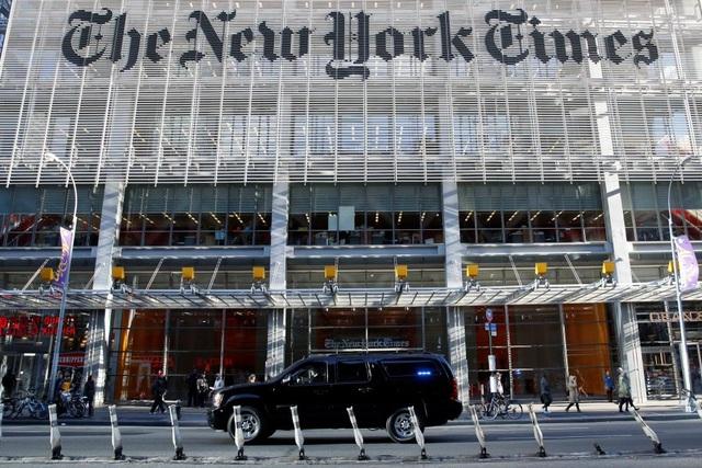 """Sau cuộc gặp với các hãng truyền thông lớn hôm 21/11, tân tổng thống đắc cử dự kiến có cuộc gặp riêng với New York Times - một trong những tờ báo uy tín và lớn nhất của Mỹ. Tuy nhiên, trong một thông báo vào sáng sớm ngày 22/11, ông Trump bất ngờ hủy cuộc gặp này vào phút chót, gọi tờ báo là """"thất bại"""" và chỉ trích New York Times đưa tin không chính xác và thiếu thiện cảm về ông. Nhưng chỉ vài giờ sau đó, nhà tài phiệt này lại đổi ý và quyết định vẫn đến New York Times như dự định ban đầu. Trong ảnh: Đoàn xe hộ tống của Tổng thống đắc cử Donald Trump xuất hiện trước tòa soạn báo New York Times hôm 22/11."""