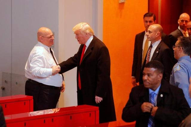 Ông Trump bắt tay một nhân viên an ninh khi ông chuẩn bị rời khỏi tòa soạn New York Times.