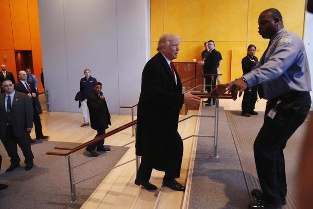Một nhân viên an ninh ngăn ông Trump tại trụ sở của New York Times khi ông chuẩn bị rời khỏi tòa nhà này.