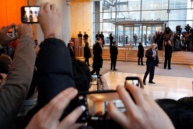 Ông Trump rời khỏi sảnh trụ sở New York Times hôm 22/11.