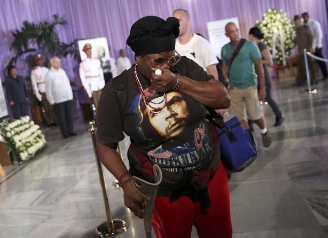 Trong những ngày qua, nhiều hoạt động tưởng niệm lãnh tụ Fidel Castro đã diễn ra trên khắp đất nước Cuba. Nhiều người dân đã tập trung ở khắp các nẻo đường, tuần hành tưởng nhớ vị anh hùng dân tộc.