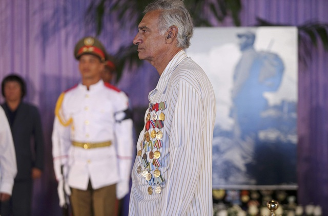 Một cựu chiến binh đeo huân chương trước ngực, lặng lẽ vào viếng lãnh tụ Fidel Castro.
