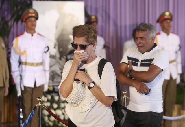 """Cựu kỹ sư Belkis Meireles, 65 tuổi, một trong số những người đến viếng cố Chủ tịch Fidel Castro từ sớm, đã chia sẻ với Reuters nỗi đau buồn của mình khi nghe tin lãnh tụ Fidel qua đời. """"Tôi rất buồn. Tôi đến đây để tỏ lòng tôn kinh với người cha, người bạn, người tướng lĩnh của chúng tôi. Ông là người đã giải phóng chúng tôi""""."""