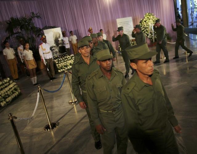 Những người lính Cuba xếp hàng vào viếng lãnh tụ Fidel Castro.