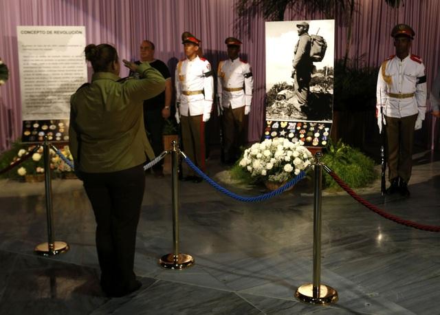 Một người dân Cuba nghiêm trang giơ tay chào trước di ảnh của lãnh tụ Fidel Castro đặt trong Đài tưởng niệm Jose Martin.