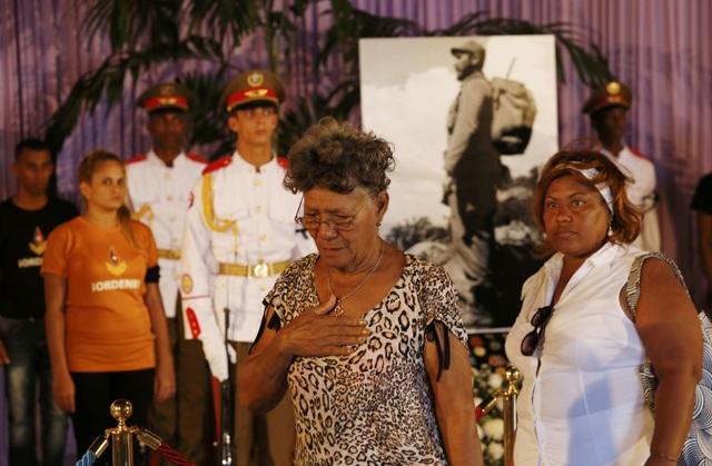 Nỗi buồn hằn sâu trên gương mặt những người phụ nữ đến viếng cố Chủ tịch Fidel Castro tại Đài tưởng niệm Jose Martin