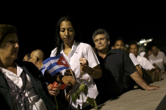 Người dân Cuba đã xếp thành 3 hàng dài tiến vào Đài tưởng niệm Jose Martin, nằm trên Quảng trường Cách mạng, để viếng lãnh tụ Fidel Castro. Nhiều người đã dậy sớm, xếp hàng từ 4 giờ sáng với mong muốn có thể vào viếng vị anh hùng kiệt xuất của dân tộc sớm nhất.