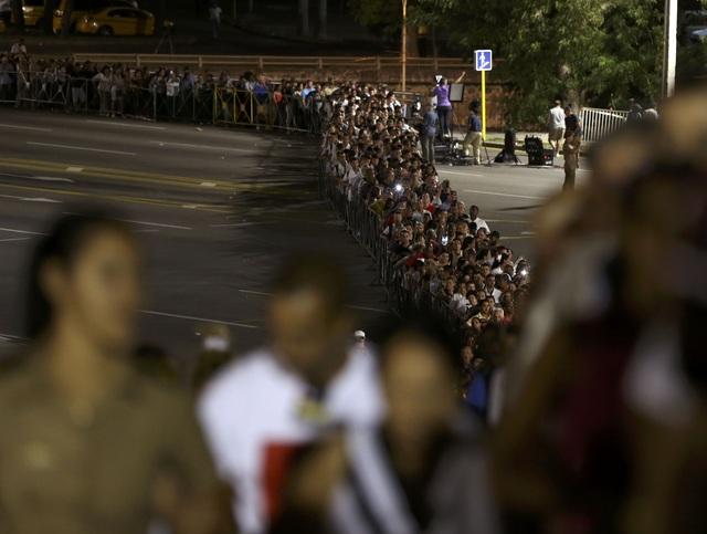 Vào 9 giờ sáng ngày 28/11 (theo giờ Cuba), 21 phát đại bác đã được bắn từ pháo đài Morro ở thủ đô Havana và một pháo đài khác ở thành phố Santiago để bắt đầu lễ tang lãnh tụ Fidel Castro. Cố Chủ tịch Fidel Castro từ trần vào tối ngày 25/11 ở tuổi 90, để lại niềm tiếc thương vô hạn trong lòng người dân Cuba. Sáng ngày 28/11, hàng chục nghìn người đã đổ về Quảng trường Cách mạng ở Havana để viếng ông.