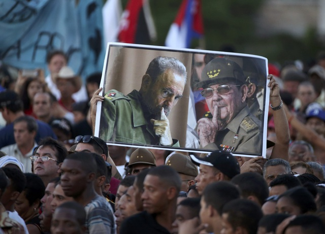 Người dân Cuba giơ cao bức ảnh của lãnh tụ Fidel Castro và Chủ tịch Raul Castro trong lễ tưởng niệm.