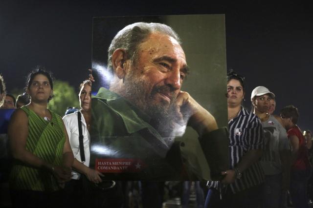 Hàng nghìn người dân Cuba cũng tập trung tại Quảng trường Cách mạng để dự lễ tưởng niệm lãnh tụ Fidel Castro. Họ mang theo di ảnh của ông - người đã có công rất lớn trong sự nghiệp giải phóng dân tộc và kiến thiết đất nước Cuba như ngày hôm nay.