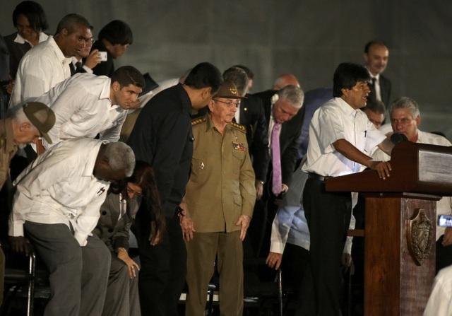 Tổng thống Bolivia Evo Morales phát biểu tại lễ tưởng niệm lãnh tụ Fidel Castro tối 29/11. Trước đó, ông Morales đã dẫn đầu phái đoàn của Bolivia tới tưởng niệm lãnh tụ Fidel Castro tại Đài tưởng niệm Jose Marti thuộc Quảng trường Cách mạng Cuba.