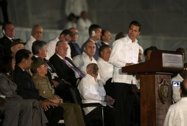 Lãnh tụ Fidel Castro qua đời vào ngày 25/11 ở tuổi 90. Sự ra đi của vị ông đã để lại niềm tiếc thương vô hạn trong lòng nhiều thế hệ người dân Cuba cũng như nhiều bạn bè quốc tế. Lãnh đạo nhiều nước trên thế giới đã gửi lời chia buồn sâu sắc tới gia đình lãnh tụ Fidel Castro, tới chính phủ và nhân dân Cuba. Trong ảnh: Tổng thống Mexico Enrique Pena Nieto phát biểu trước các quan chức chính phủ và người dân Cuba khi tham dự lễ tưởng niệm lãnh tụ Fidel Castro tại Quảng trường Cách mạng.