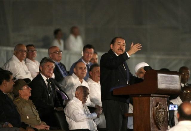 Vào tối ngày 29/11 (theo giờ Cuba), lễ tưởng niệm lãnh tụ Fidel Castro đã được tổ chức trọng thể tại Quảng trường Cách mạng ở thủ đô Havana, Cuba. Lãnh đạo của một số nước trên thế giới và hàng nghìn người dân Cuba đã tập trung tại Quảng trường Cách mạng - địa danh lịch sử của quốc đảo châu Mỹ, để tham dự lễ tưởng niệm. Trong ảnh: Tổng thống Nicaragua Daniel Ortega phát biểu tại lễ tưởng niệm vào tối 29/11.