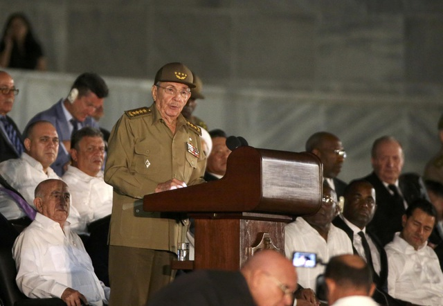 Chính phủ Cuba thông báo để tang cố Chủ tịch Fidel Castro trong 9 ngày, trước khi đưa tro cốt của ông về nơi an nghỉ cuối cùng tại thành phố Santiago vào hôm 4/12. Trong ảnh: Chủ tịch Cuba Raul Castro phát biểu tại lễ tưởng niệm lãnh tụ Fidel Castro. Lãnh tụ Fidel Castro chính thức chuyển giao quyền lực cho em trai Raul Castro từ năm 2008.