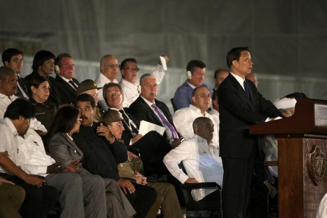 """Phó Chủ tịch Trung Quốc Li Yuanchao dẫn đầu đoàn Trung Quốc tham dự lễ tưởng niệm lãnh tụ Fidel Castro. Trước đó, Chủ tịch Trung Quốc Tập Cận Bình cũng đã gửi lời chia buồn tới đất nước Cuba sau khi nghe tin lãnh tụ Fidel Castro qua đời. """"Đồng chí Castro sẽ sống mãi… Người dân Trung Quốc đã mất đi một người bạn tốt"""", ông Tập Cận Bình nói."""