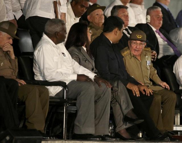 Tổng thống Venezuela trò chuyện cùng Chủ tịch Cuba Raul Castro, em trai của lãnh tụ Fidel Castro, tại lễ tưởng niệm ở Havana tối 29/11.