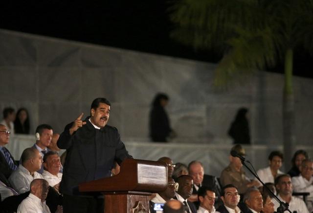 Tổng thống Venezuela Nicolas Maduro là một trong số các nhà lãnh đạo đầu tiên gửi lời chia buồn tới người dân và đất nước Cuba sau khi nghe tin lãnh tụ Fidel Castro từ trần. Ngày 28/11, ông Maduro tuyên bố Venezuela sẽ để quốc tang 3 ngày để tưởng nhớ vị anh hùng cách mạng kiệt xuất của đất nước Cuba. Trong ảnh: Tổng thống Nicolas Maduro phát biểu tại Quảng trường Cách mạng Cuba trong lễ tưởng niệm lãnh tụ Fidel Castro.