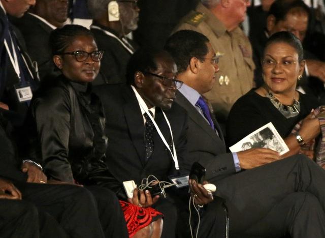 """Tổng thống Zimbabwe Robert Mugabe (giữa) ngồi cùng các lãnh đạo thế giới khi dự lễ tưởng niệm lãnh tụ Fidel Castro tại Quảng trường Cách mạng Cuba. Trước đó, khi vừa đặt chân tới thủ đô Havana, ông Mugabe phát biểu với báo giới rằng: """"Fidel Castro không chỉ là lãnh đạo của đất nước các bạn. Ông ấy là lãnh đạo của tất cả chúng ta và là lãnh đạo của mọi cuộc cách mạng""""."""