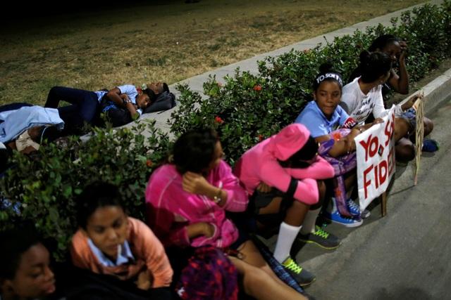 Trước đó, vào đêm 3/12, nhiều người dân đã đổ về các tuyến đường ở gần nghĩa trang Santa Ifigenia ở thành phố Santiago để chờ đoàn xe chở tro cốt của lãnh tụ Fidel Castro đi qua. Thậm chí, nhiều người đã nằm nghỉ ở ngay bên đường trong lúc chờ đoàn xe. Tất cả chỉ với hy vọng được tiễn biệt lãnh tụ Fidel Castro lần cuối.