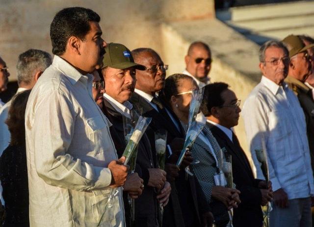 Trước đó, Chủ tịch Raul Castro, em trai của lãnh tụ Fidel Castro đã cử hành lễ an táng trong phạm vi gia đình ở bên trong nghĩa trang. Một số quan chức chính phủ và lãnh đạo cấp cao của các nước Mỹ Latinh cũng tham dự lễ an táng lãnh tụ Fidel Castro. Trong ảnh: Tổng thống Venezuela Nicolas Maduro (ngoài cùng bên trái) và người đồng cấp Nicaragua Daniel Ortega (thứ 3 từ trái sang) tại lễ an táng lãnh tụ Fidel Castro hôm 4/12.