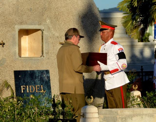 Vào trưa 4/12 (theo giờ Cuba), sau hành trình 4 ngày, bắt đầu từ thủ đô Havana, tro cốt của lãnh tụ Fidel Castro đã được an táng tại nghĩa trang Santa Ifigenia - nơi có nhiều anh hùng dân tộc Cuba yên nghỉ ở thành phố Santiago - cái nôi của cách mạng Cuba.
