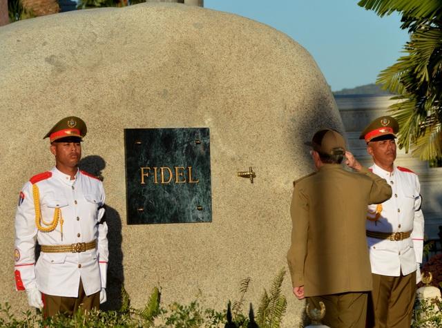 Chủ tịch Raul Castro nghiêm trang chào sau khi đặt tro cốt của lãnh tụ Fidel Castro vào trong ngôi mộ tại nghĩa trang Santa Ifigenia ở thành phố Santiago hôm 4/12 (Ảnh: Reuters)