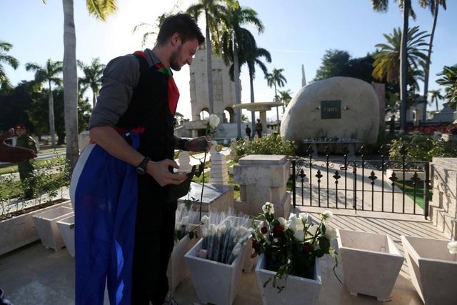 Những cành hoa trắng được những người dân đến viếng đặt bên ngoài phần mộ của lãnh tụ Fidel Castro, thay cho lòng tôn kính và sự biết ơn của họ đối với nhà lãnh đạo kiệt xuất của Cuba.