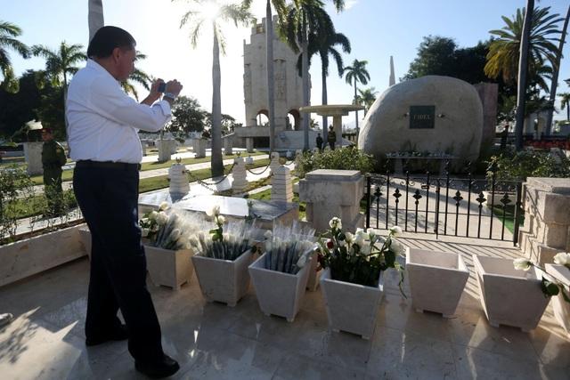 Hàng trăm người dân địa phương cùng nhiều nhà báo từ khắp nơi trên thế giới đã xếp hàng trong nhiều giờ để tới tiễn biệt và lưu lại những khoảnh khắc tưởng nhớ lãnh tụ Fidel Castro tại nghĩa trang Santa Ifigenia.