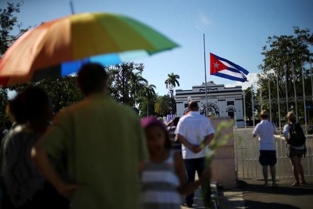 Sau nghi lễ an táng lãnh tụ Fidel Castro trong phạm vi gia đình, nghĩa trang Santa Ifigenia đã mở cổng chính để những người dân Cuba đầu tiên vào viếng và tưởng nhớ vị anh hùng cách mạng lỗi lạc của dân tộc.