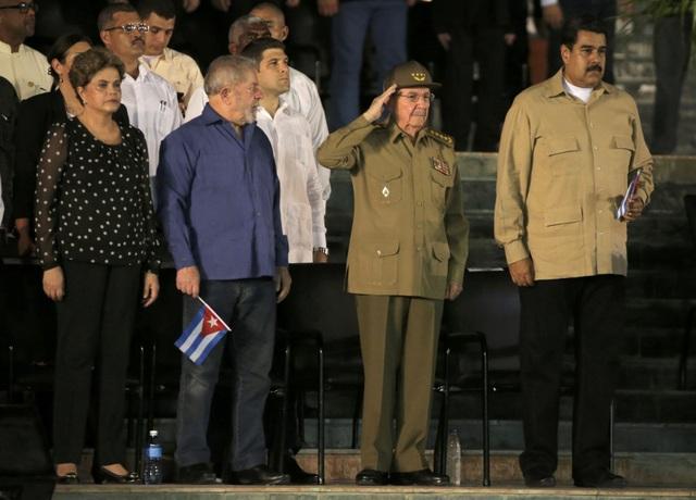 """Tại lễ tưởng niệm, Chủ tịch Raul Castro đã cam kết trước hàng nghìn người dân Cuba về công cuộc bảo vệ di sản mà lãnh tụ Fidel Castro để lại: """"Trước tro cốt của ông Fidel Castro… chúng tôi xin thề sẽ tiếp tục bảo vệ Tổ quốc và chủ nghĩa xã hội"""""""