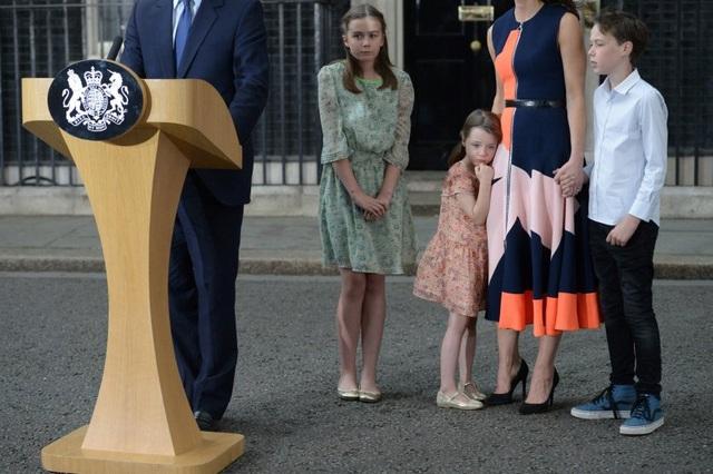 Bức ảnh chụp Thủ tướng Anh David Cameron phát biểu bên cạnh hai con gái Nancy Gwen, Florence Rose Endellion, vợ Samantha Cameron và con trai Arthur Elwen ở bên ngoài căn nhà số 10 phố Downing - phủ Thủ tướng tại trung tâm thủ đô London hôm 13/7, trước khi ông tới Cung điện Buckingham để từ chức sau thất bại trong cuộc trưng cầu dân ý tại Anh về việc ra đi hay ở lại Liên minh châu Âu (EU). (Ảnh: AFP)