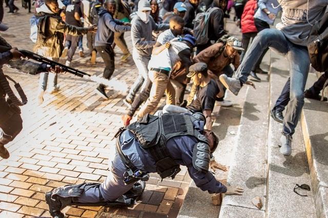 Khung cảnh hỗn loạn trong cuộc đụng độ giữa cảnh sát và những người biểu tình phản đối việc tăng học phí của sinh viên Đại học Witwatersrand ở Johannesburg, Nam Phi vào ngày 4/10. (Ảnh: Getty)