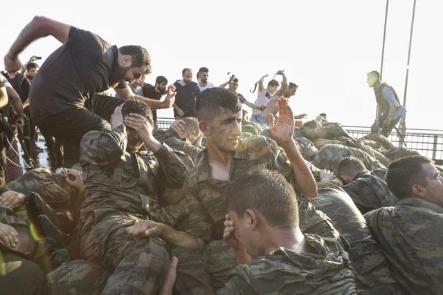 Các binh lính tham gia vào cuộc đảo chính bất thành ở Thổ Nhĩ Kỳ đầu hàng trên cầu Bosphorus ở Istanbul, Thổ Nhĩ Kỳ ngày 16/7. (Ảnh: Getty)