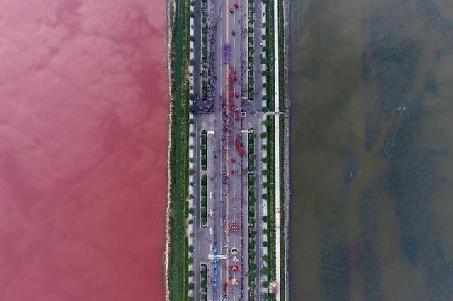 Sự khác biệt rõ rệt về màu sắc do tảo gây ra tại một hồ nước mặn ở tỉnh Sơn Tây, Trung Quốc. (Ảnh: Reuters)