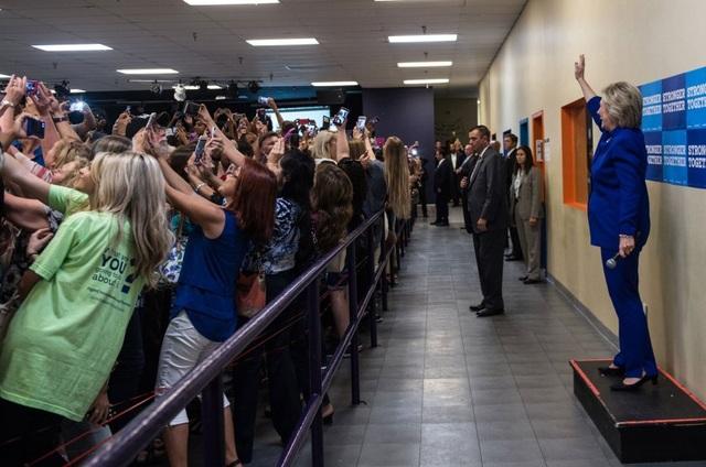 """Ứng viên tổng thống đảng Dân chủ Hillary Clinton chụp ảnh """"tự sướng"""" cùng đám đông ủng hộ tại Orlando, bang Florida ngày 21/9 (Ảnh: Hillary for America)"""
