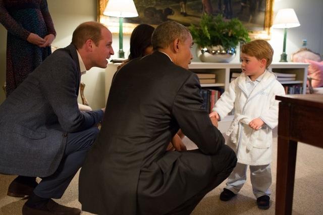 Tổng thống Mỹ Barack Obama trò chuyện cùng Hoàng tử George nước Anh, con trai của Hoàng tử William và Công nương Kate, nhân chuyến thăm tới London vào ngày 22/4/2016. (Ảnh: White House)
